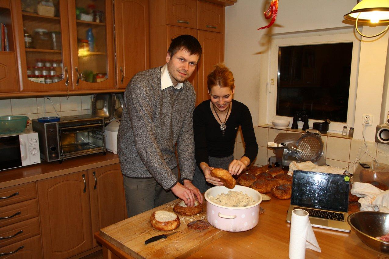 Przygotowanie chleba do żurku