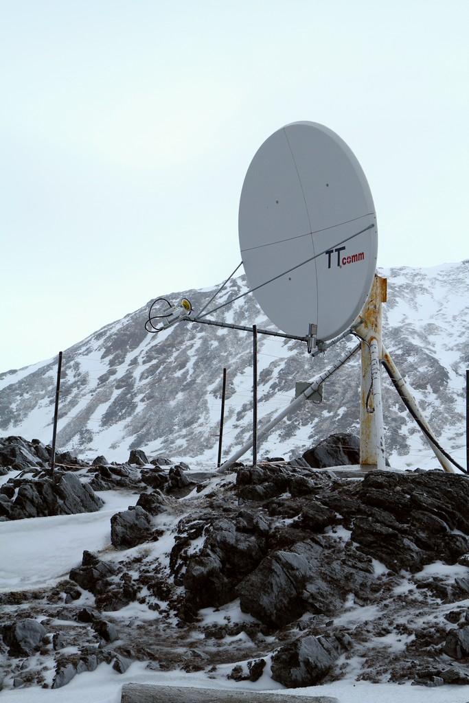 Jedna z anten satelitarnych wokół Stacji