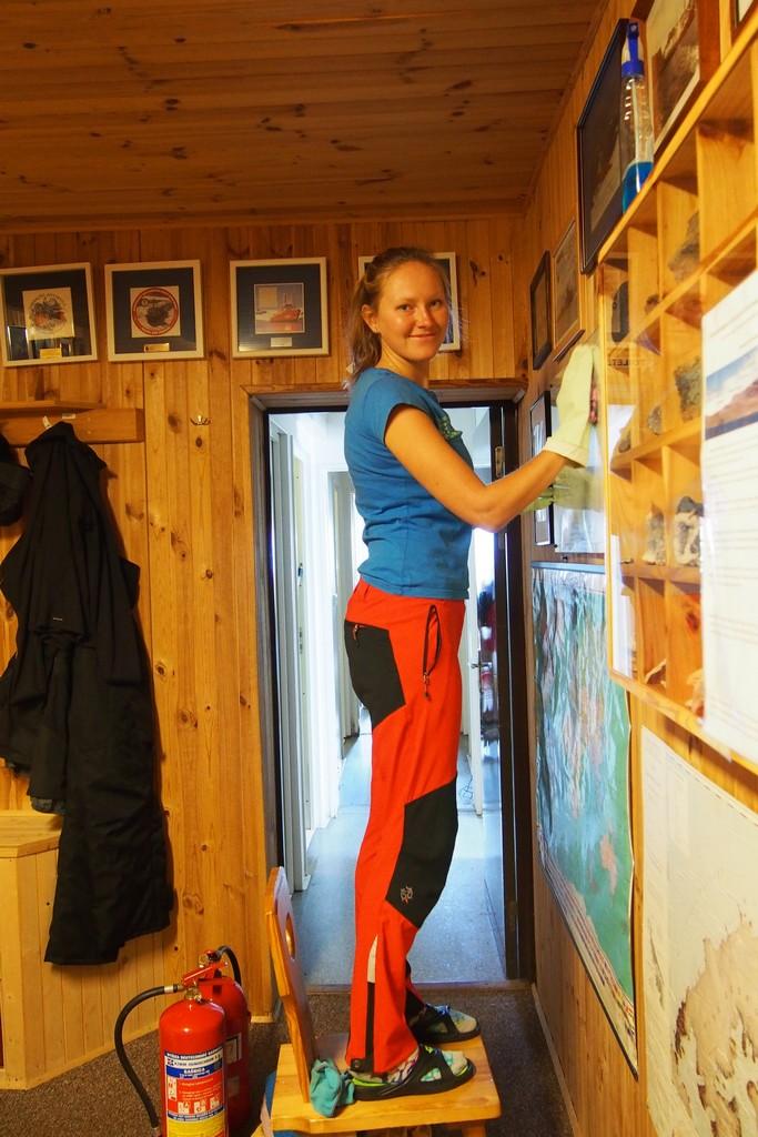 Marta sprząta korytarz