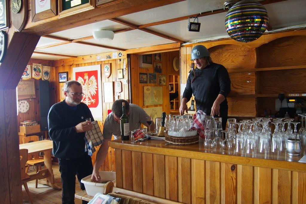 Chłopaki z Polonusa sprzątają bar w mesie