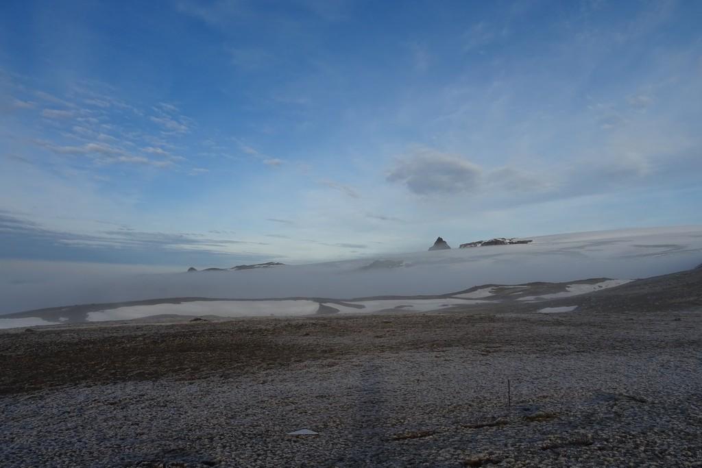 Lodowiec Ekologii ukryty we mgle, w oddali Iglica Czajkowskiego (Czajkowski Needle)