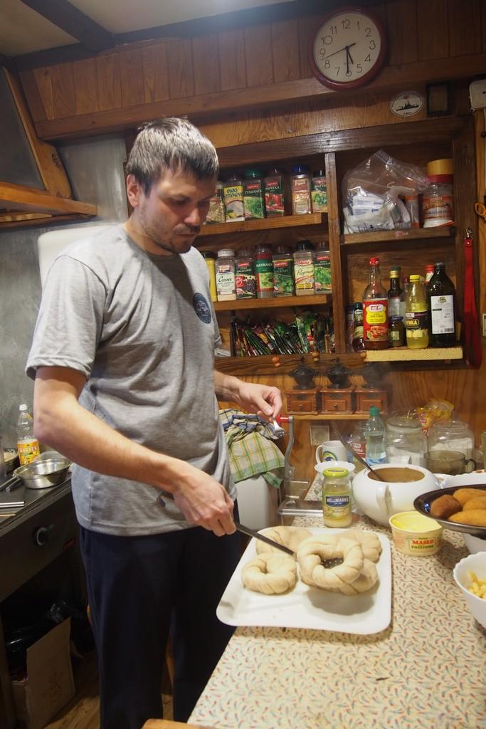 Obgotowane obwarzanki wędrują do pieca