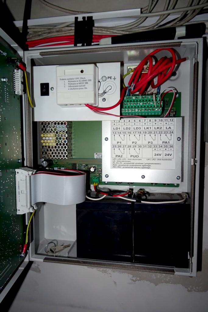 Wnętrze centralki i układu wybierającego nr. alarmowy